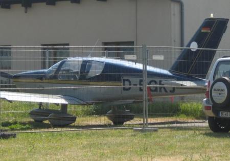 Flugzeug hinter Gittern