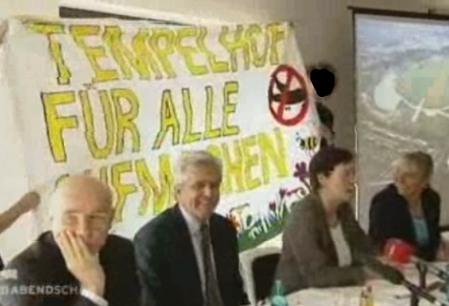 Protest bei Pressekonferenz