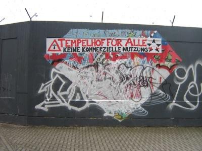 Wandplakat an Flughafenmauer am Südende