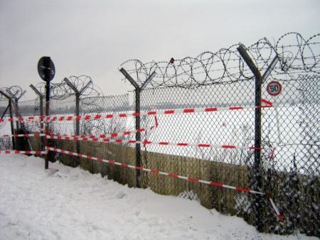 Zaun am Flughafen abgesperrt